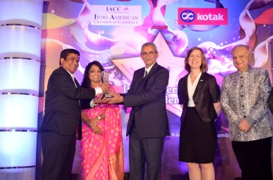'K.V. Chowdary, Chief Vigilance Commissioner presenting the award to Mr. Anand Kulkarni, Senior Vice President – Business Operations